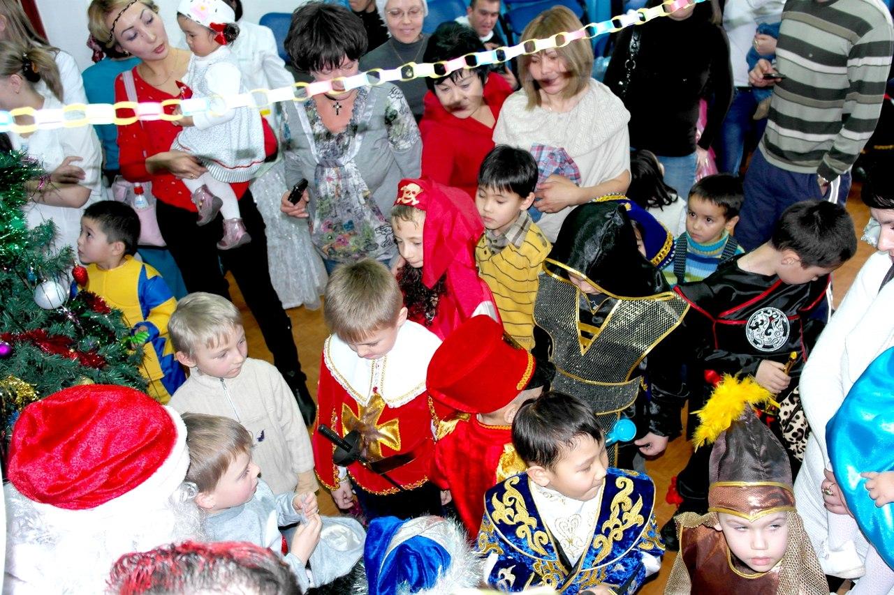 Студенты Алматинской Православной Духовной семинарии посетили детей больных СПИДом.